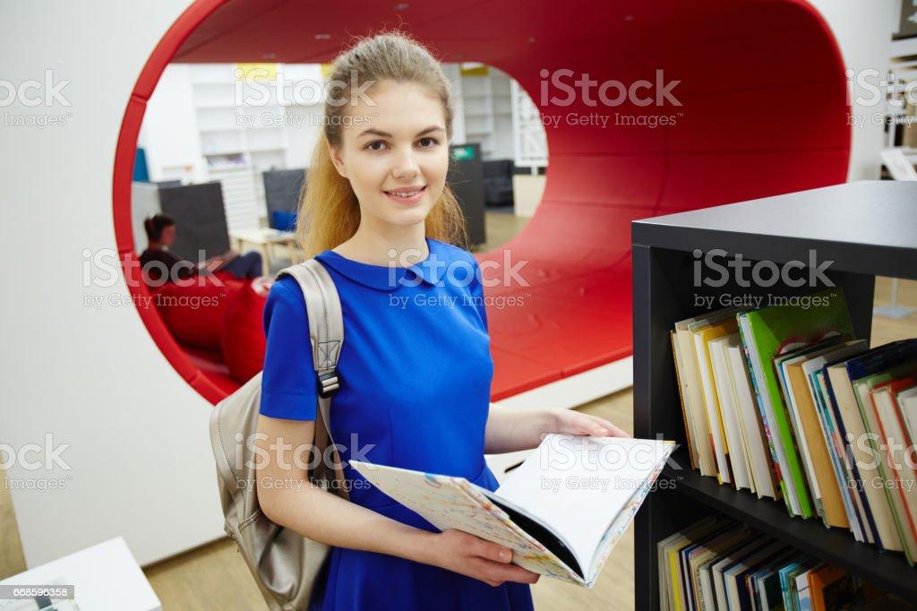 Beautiful Girl in Modern College Library Lizenzfreies stock-foto