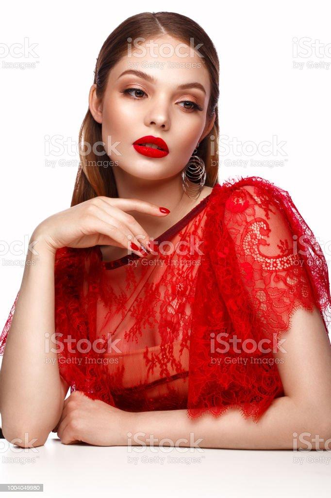 Hermosa Chica En Vestido Rojo Clásico Maquillaje Y Manicura