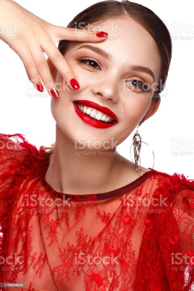 Hermosa Chica En Vestido Rojo Con Maquillaje Clásico Y