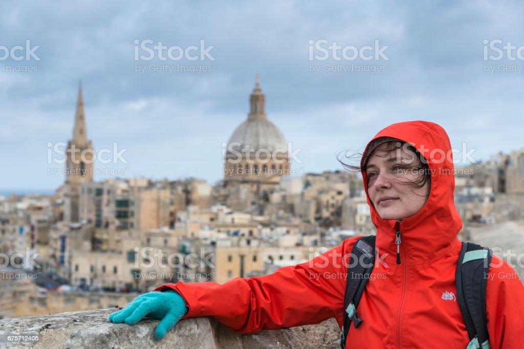 在前面老瓦勒他紅的漂亮女孩。馬爾他。 免版稅 stock photo