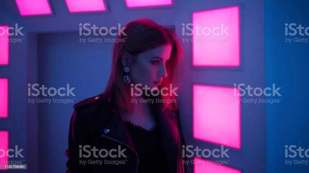 Hermosa chica en onda retro en la luz de neón - foto de stock