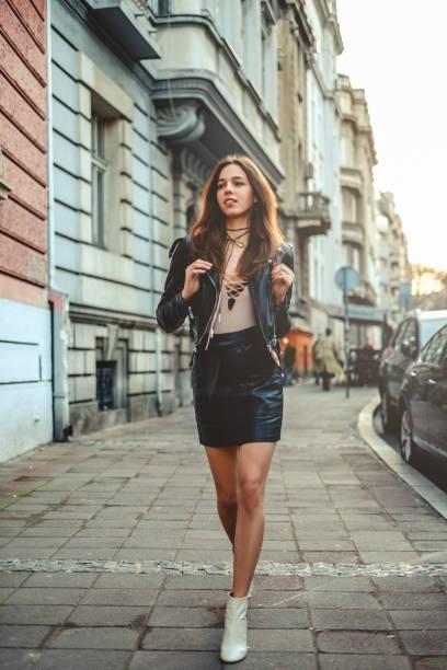 Schöne Mädchen in Rock mit Rucksack zu Fuß auf dem Bürgersteig – Foto