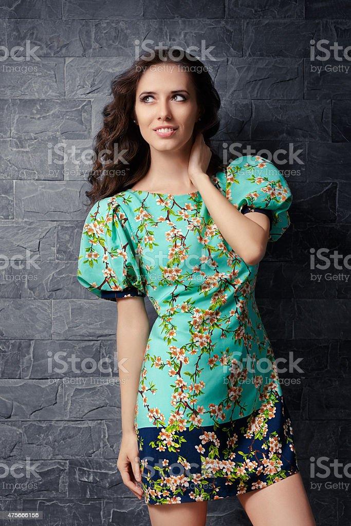 60f77644e66 Красивая девушка в летнее платье мини-платье с цветочным принтом стоковые  фото Стоковая фотография