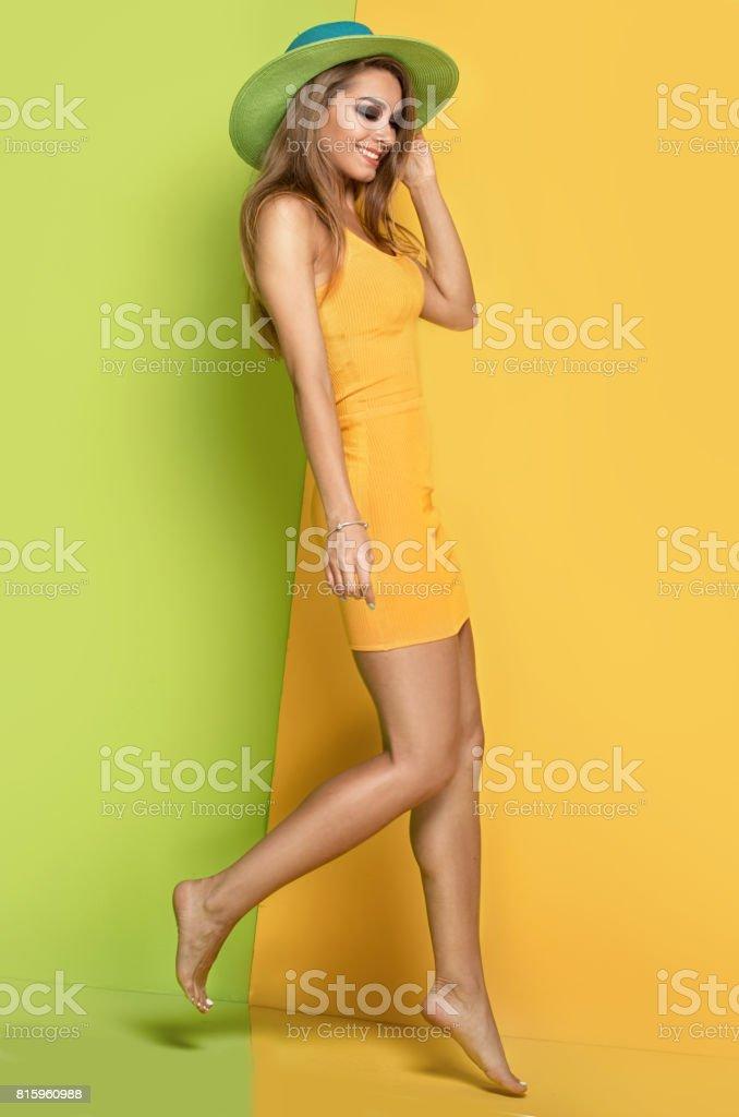 Belle jeune fille en posant de chapeau de l'été. - Photo