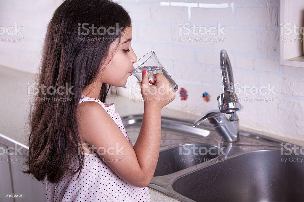 Schöne Mädchen in der schönen white kitchen (Serie – Foto