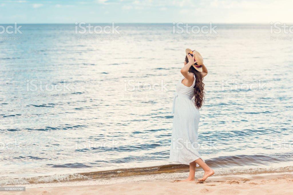 Hermosa Chica En Vestido Blanco Caminando En La Playa De
