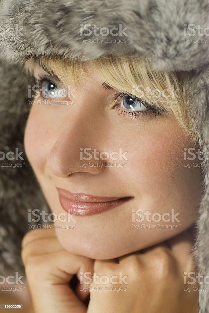 Hermosa chica en invierno fur-tapa foto de stock libre de derechos