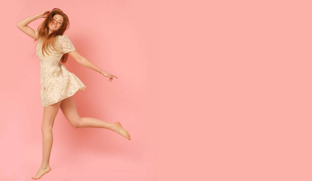 beautiful girl jumping on pink background. - jumping zdjęcia i obrazy z banku zdjęć