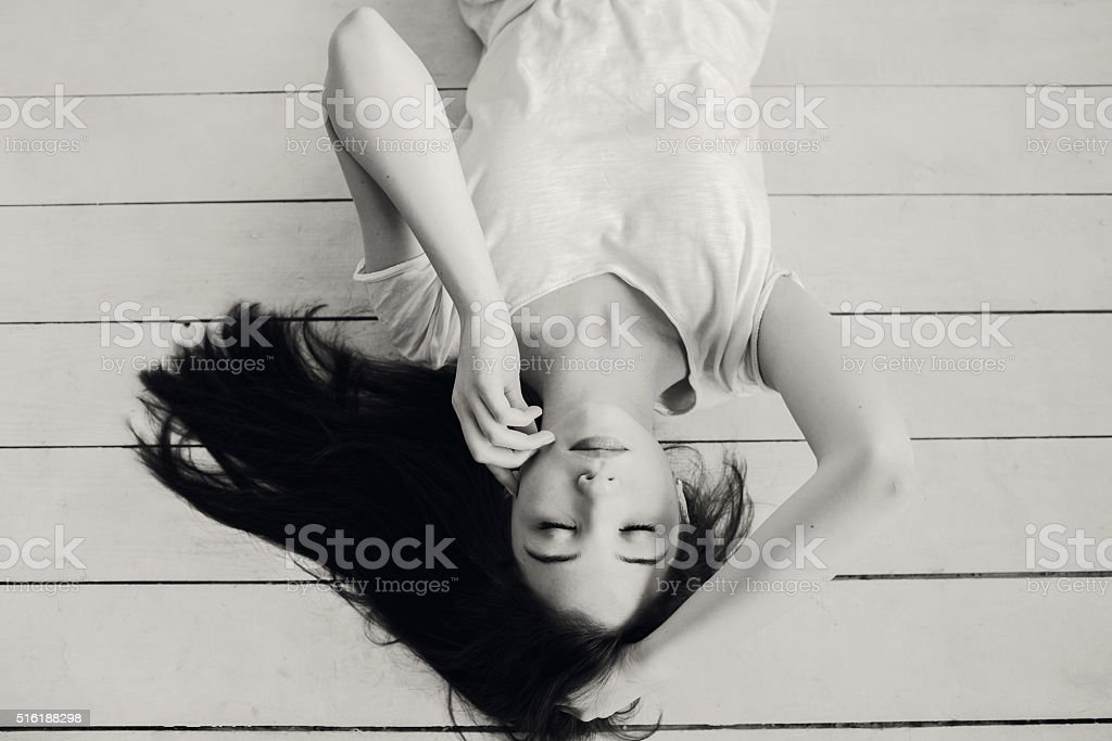 Hermosa Chica se encuentra en el suelo - foto de stock