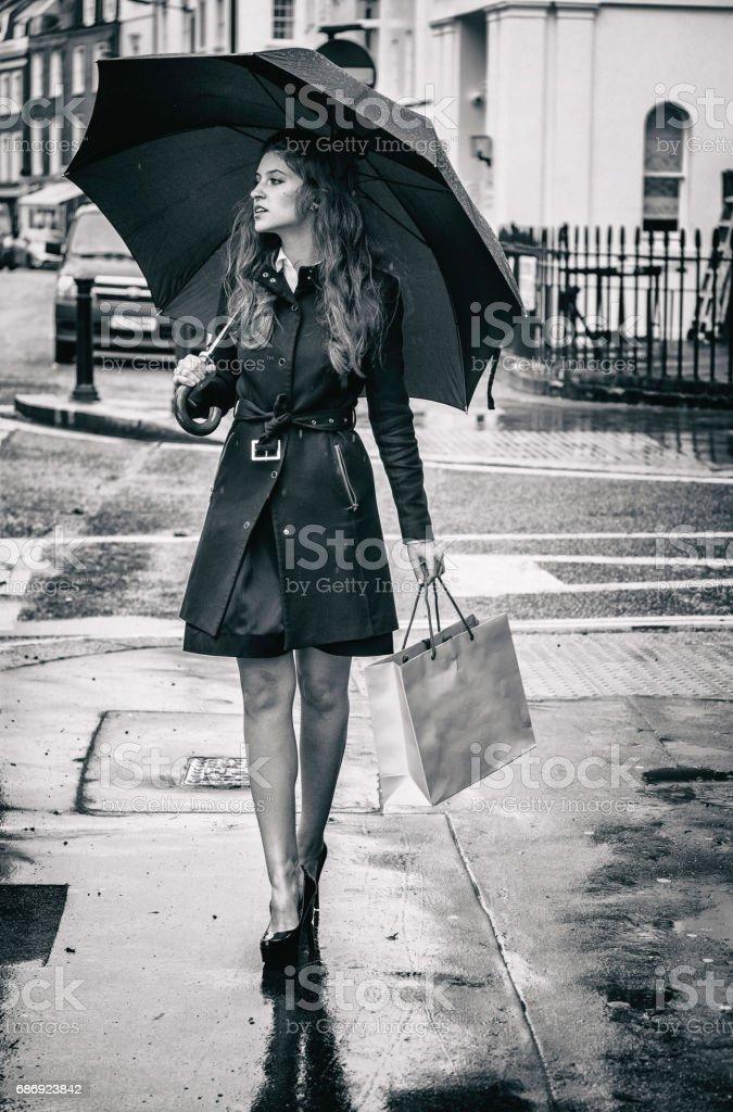 Saco de compras menina bonita rua de Londres - foto de acervo