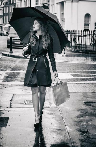 belle fille street london shopping bag - mode londres photos et images de collection