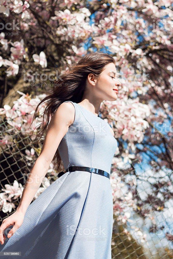 Schöne Mädchen in der Nähe von magnolie Baum – Foto