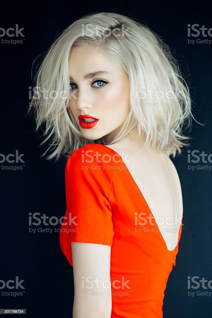 Belle fille sur un fond rouge vif - Photo