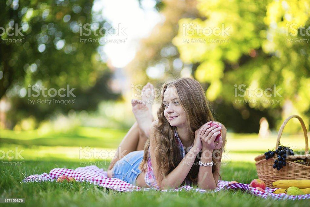Красивая девушка на пикник в парке стоковое фото