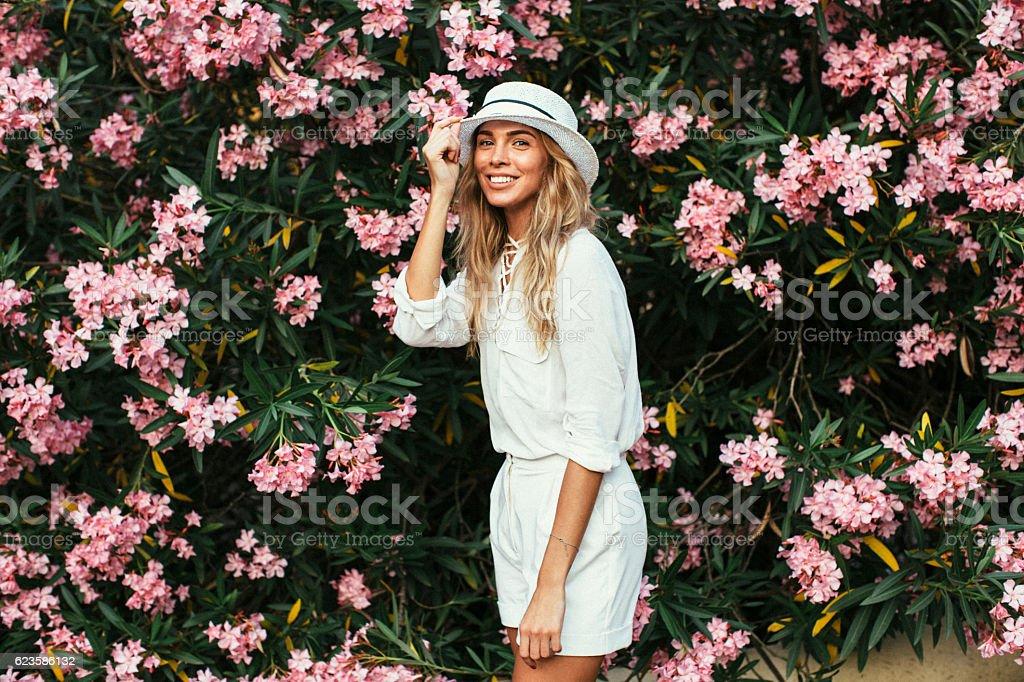Belle fille sur fond de printemps-bush - Photo