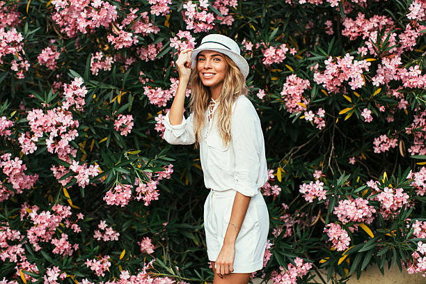 美しい女の子の背景、春のブッシュ - 春のファッション ストックフォトと画像