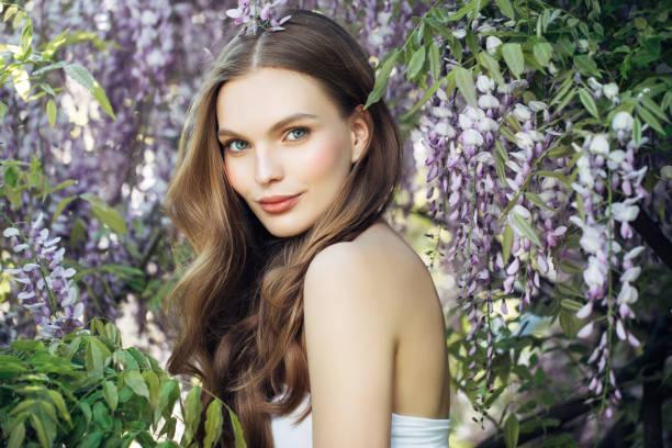 garota de beleza sobre o fundo de primavera bush - mulher flores - fotografias e filmes do acervo