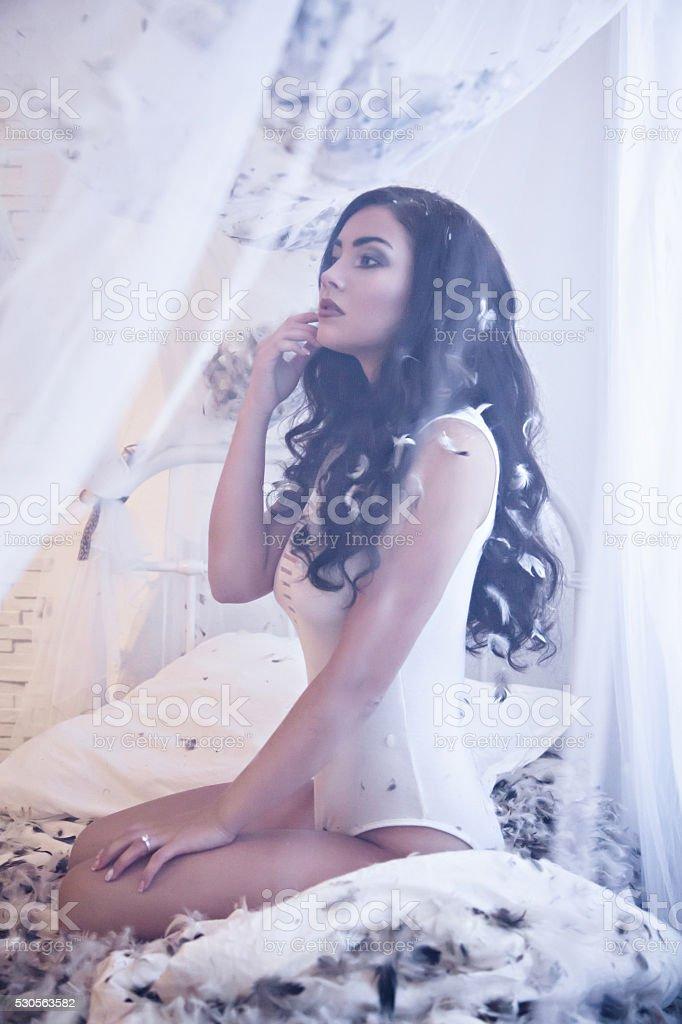 Секс с красивой девочкой на кровати видео