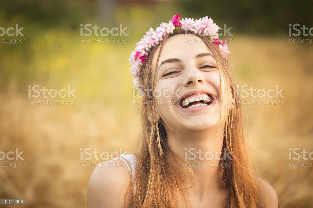 Beautiful girl on the field in sun light. - foto de stock