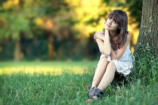 Schöne Mädchen auf Natur Hintergrund – Foto