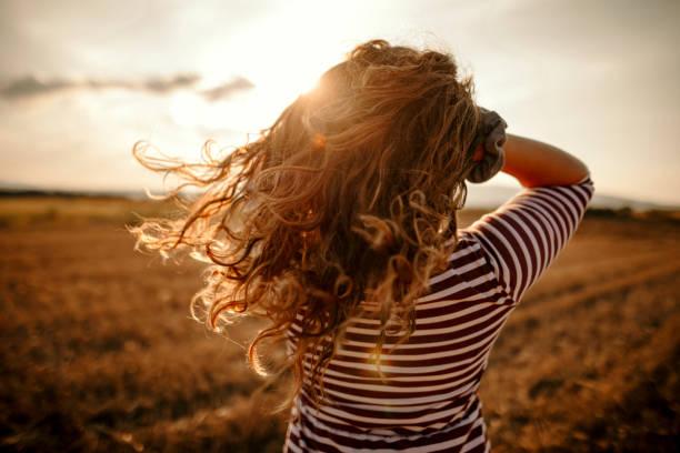 beautiful girl - capelli mossi foto e immagini stock