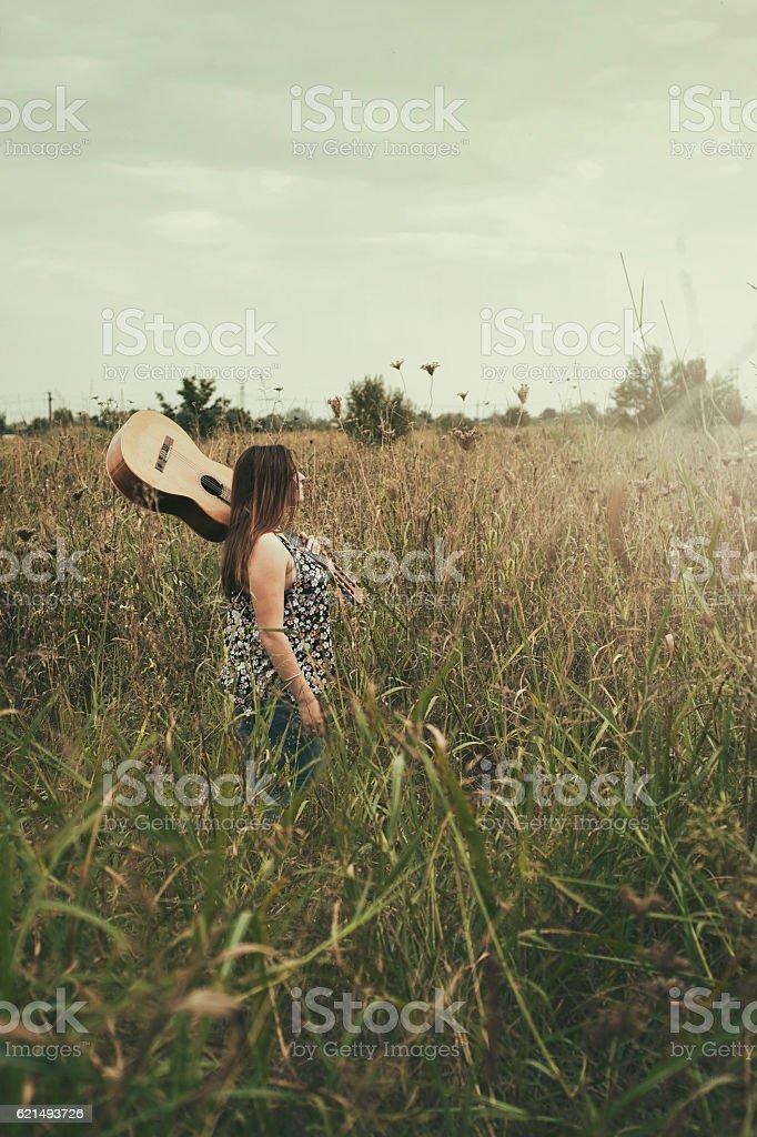 Beautiful girl playing her guitar photo libre de droits