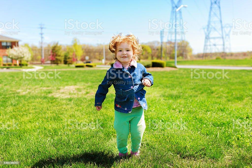 beautiful girl playing in the street in the spring foto de stock libre de derechos