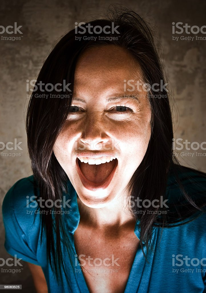 Bellissima ragazza urlare foto stock royalty-free