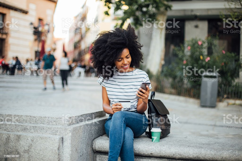 Beautiful girl shopping online on the street - Royalty-free A usar um telefone Foto de stock