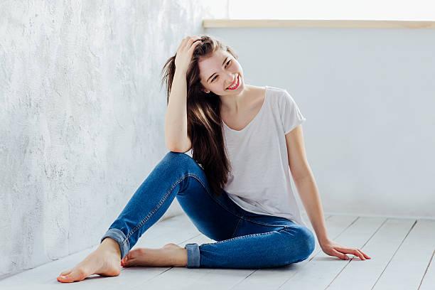 美しい少女の床に座る ストックフォト