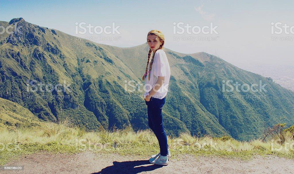 Niña hermosa parado en las montañas de fondo, Ecuador foto de stock libre de derechos