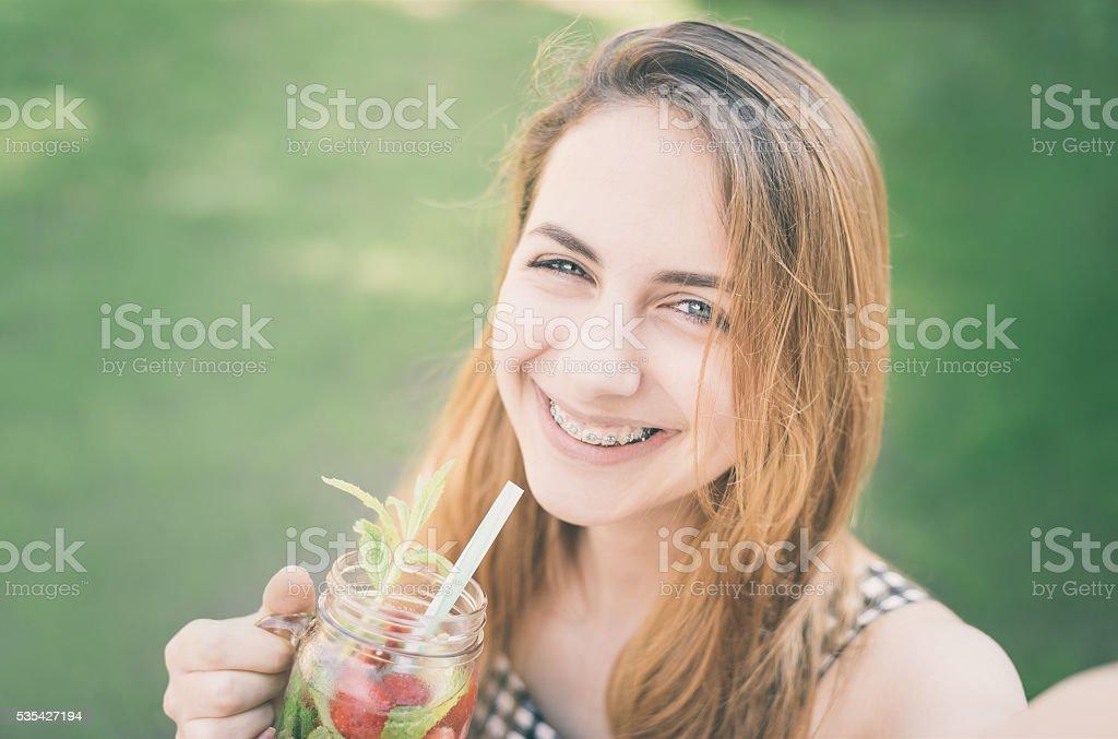 Hermosa Chica toma fotos sin servicio de valet. - foto de stock