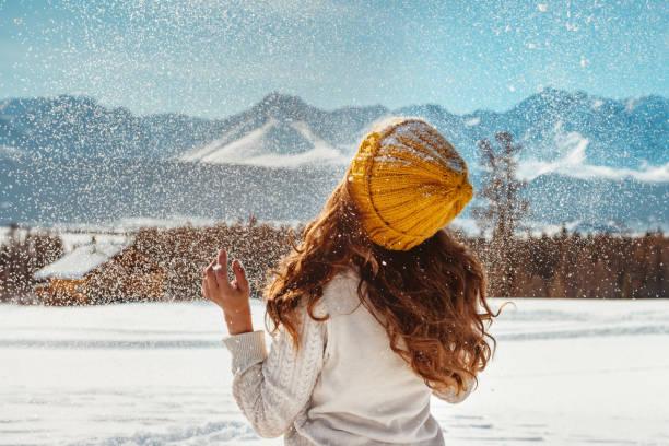 vacker flicka gungade snö mot bergen - januari bildbanksfoton och bilder