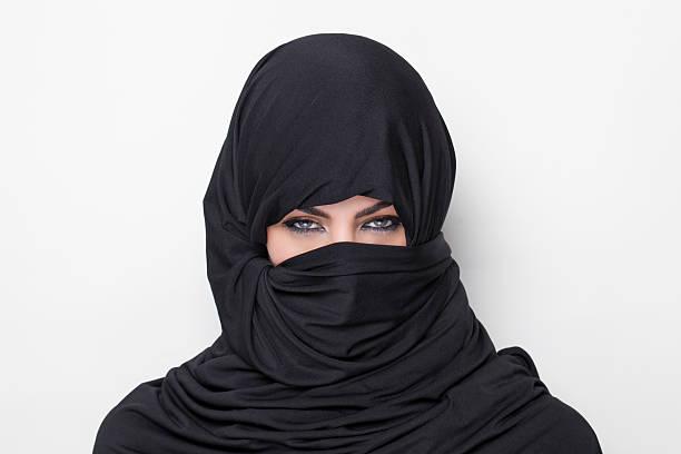 schönes mädchen trägt eine burqa - burka stock-fotos und bilder