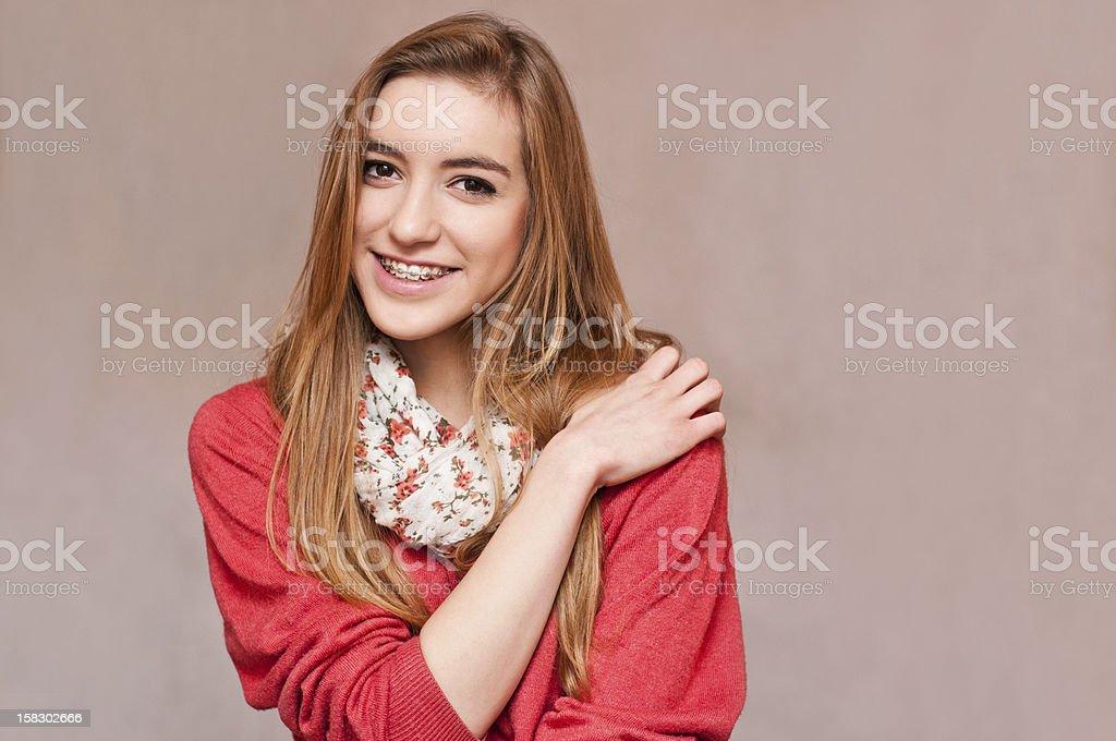 Hermosa Chica usa frenillos - foto de stock