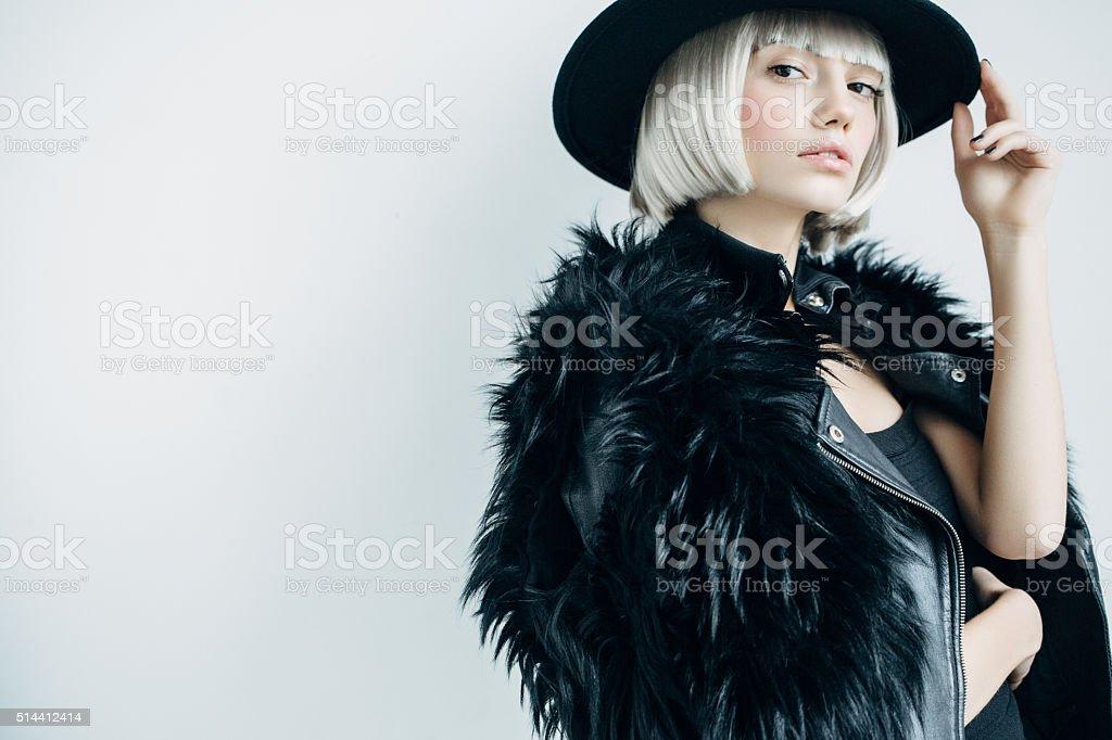 Hermosa Chica con sombrero de uso - foto de stock
