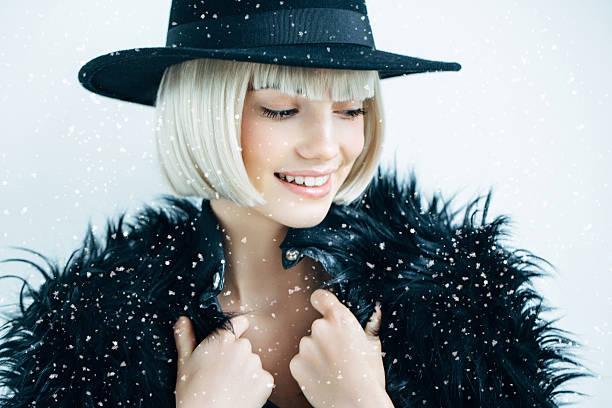 hermosa chica con sombrero de uso - moda de invierno fotografías e imágenes de stock