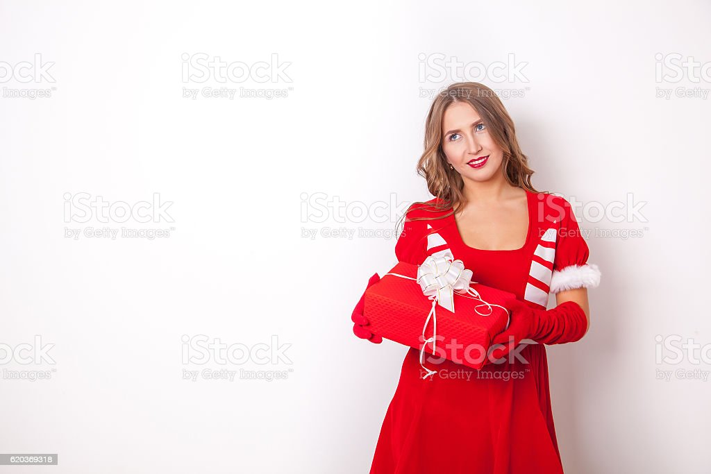 Beautiful girl wearing santa claus clothes with christmas gift foto de stock royalty-free