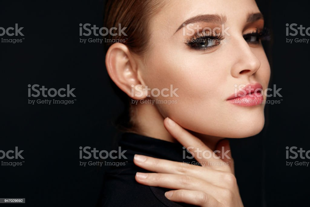 Schöne Mädchen mit Schönheit Gesicht, Make-up und lange schwarze Wimpern – Foto