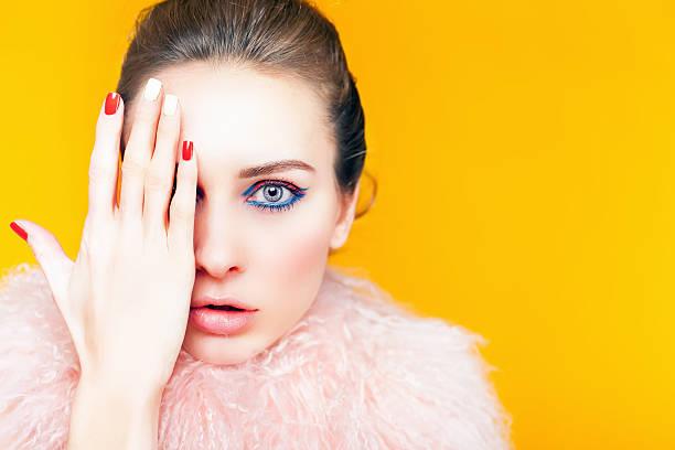 Hermosa Chica con maquillaje brillante decorado en lujo abrigo de piel - foto de stock