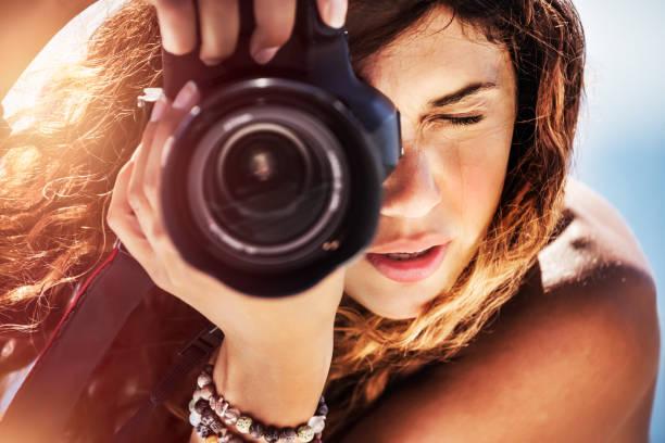 Schöne Mädchen mit Kamera am Strand – Foto