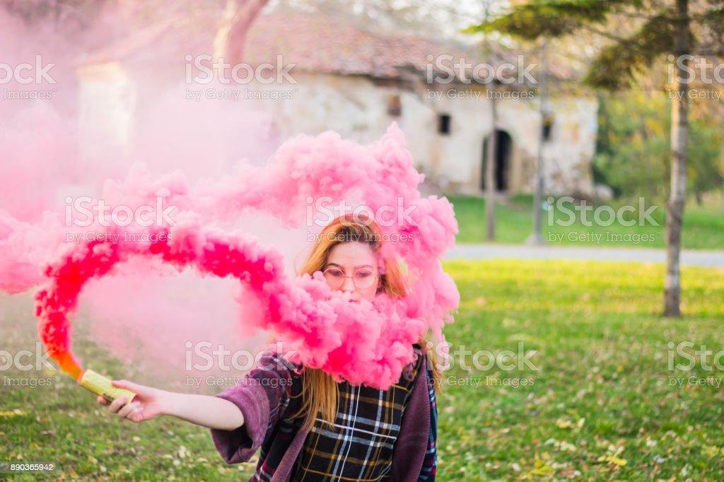 Hermosa chica con colores bomba de humo. - foto de stock