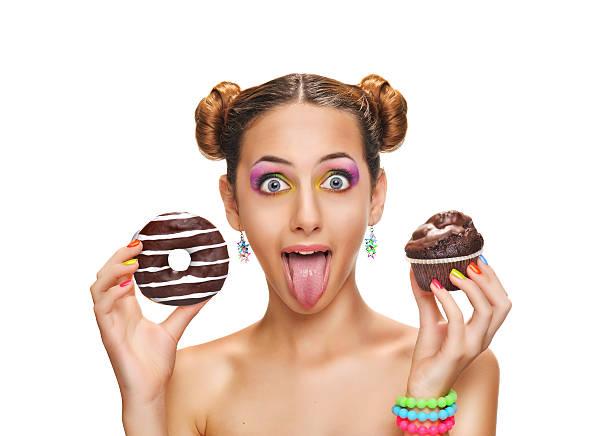 schöne mädchen mit bunten donuts und muffin. - make up torte stock-fotos und bilder