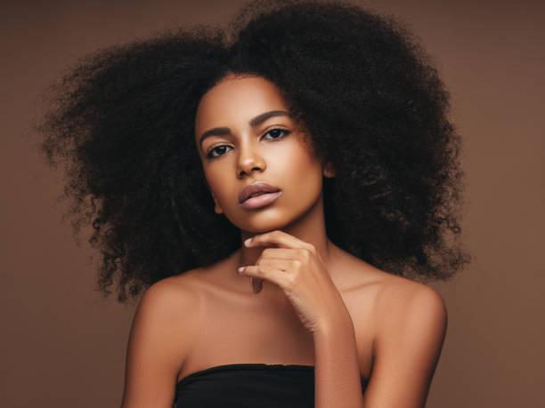 belle fille avec la coiffure bouclée - coiffure africaine photos et images de collection