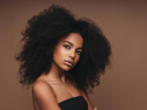 menina bonita com penteado curly - condição natural - fotografias e filmes do acervo