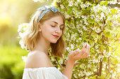 美しい少女と花