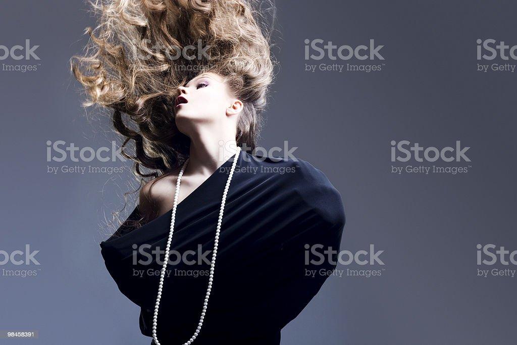 Bella ragazza con i capelli biondi di volo foto stock royalty-free