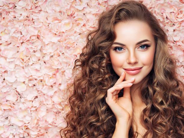 schönes mädchen mit langen und lockigen haaren - hochzeits make up blaue augen stock-fotos und bilder
