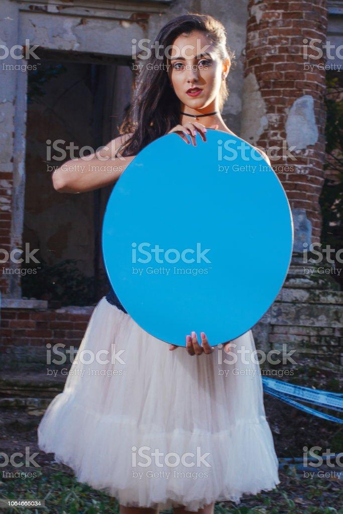 cdba935032d9 Uma linda garota com cabelo comprido em um vestido preto longo com asas  brancas na imagem