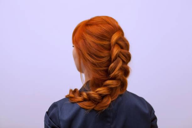 뷰티 살롱에서 프랑스 끈으로 꼰 긴 붉은 머리를 가진 아름 다운 소녀. - 주름 뉴스 사진 이미지